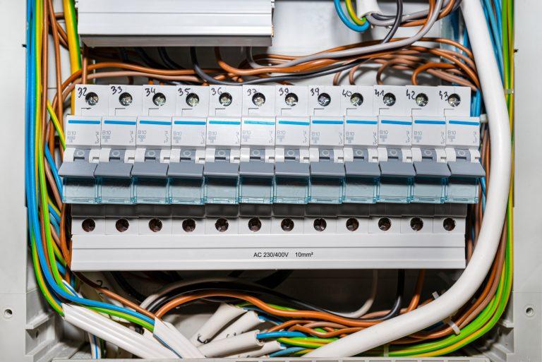 Hvad er en El-tavle? Her får du bland andet svar på vad er forskellen mellem automatikringer og prop sikringer er. Ring 72192222 for mere info.